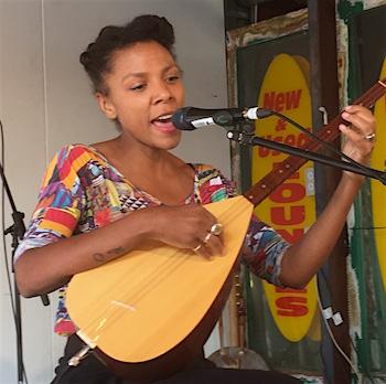p2481 Desert Fest She sings Emma 350